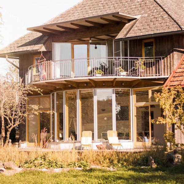 Das Bild zeigt den Hofanbau mit Blich auf den Seminarraum.