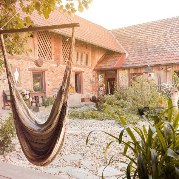 Das Bild zeigt den Innenbereich des Hofes mit einer Affenschaukel zum Entspannen.