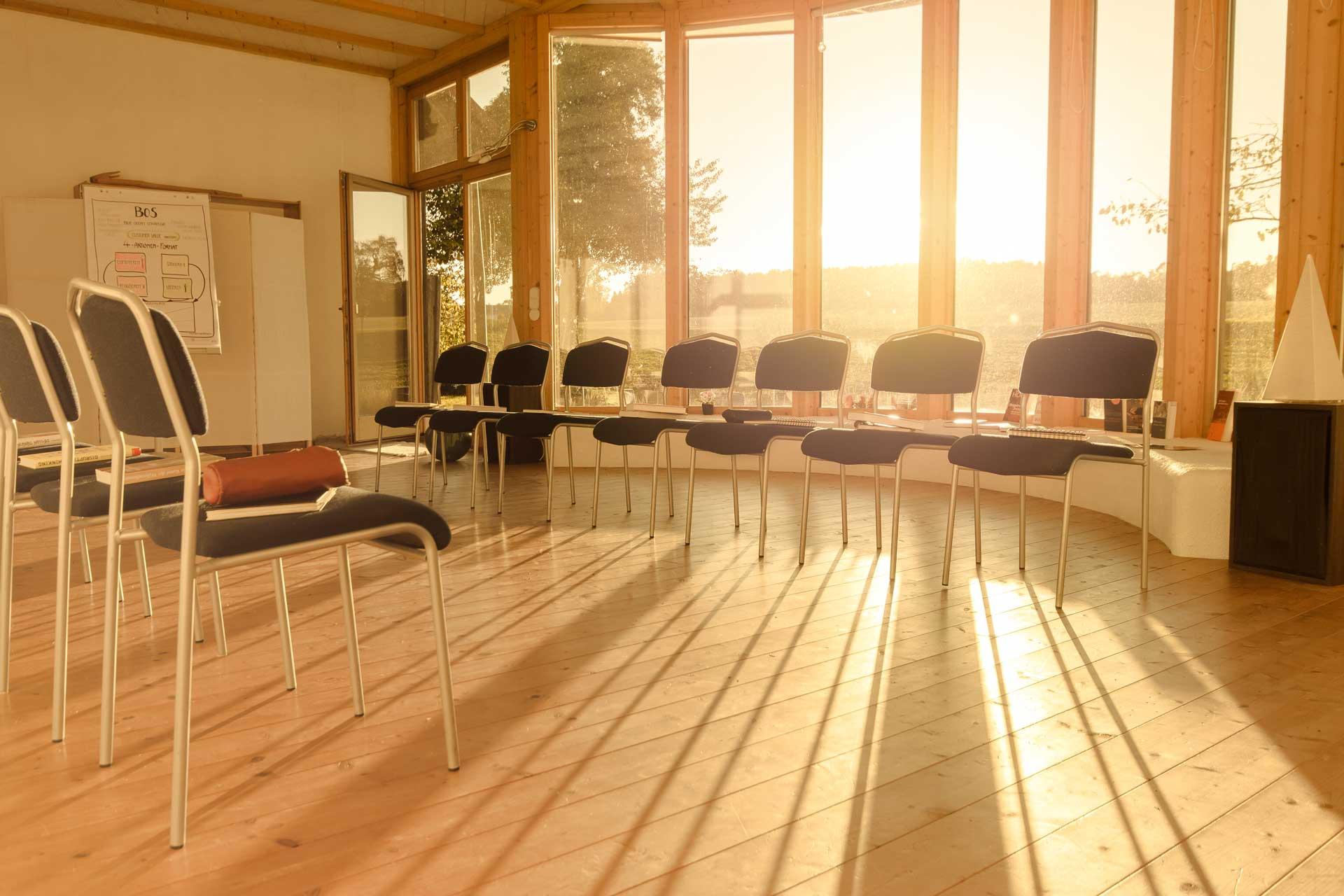 Das Bild zeigt den sonnendurchfluteten Seminarraum.