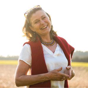 Das Bild zeigt Veronika lachend und mit ihrem sonnigen Gemüt.